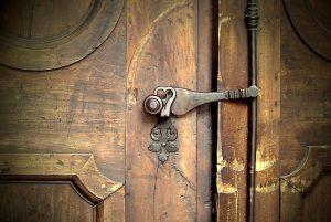 врата с ключалка
