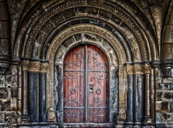 голяма метална врата