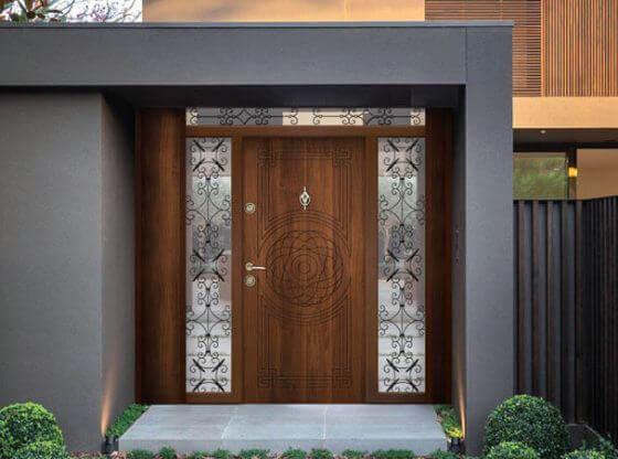красива кафява входна врата