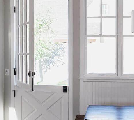 Интериорна врата с прозорче