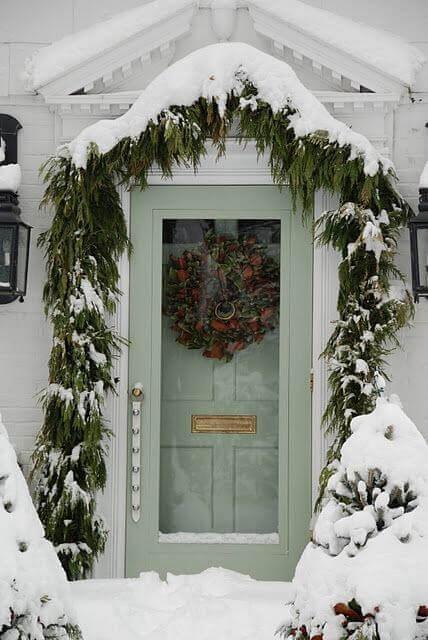 Входна врата покрита със сняг