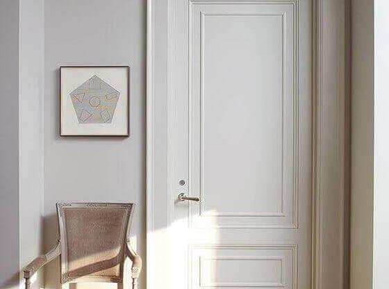 Нова бяла Интериорна врата и стол